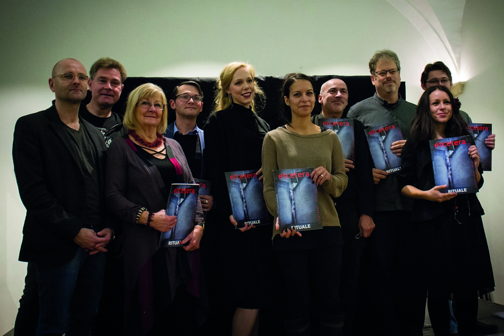 v.l.n.r.: Chris Saupper (Heftkünstler), Red./Mod. Thomas Fröhlich, HG Eva Riebler, Red.  Thomas Ballhausen mit Begleitung. Autoren: Althea Müller, Gerhard Hallstatt, Charly Blood. Musikerin Julia Kitana (Kitana Project) und Autor Daniel Weber